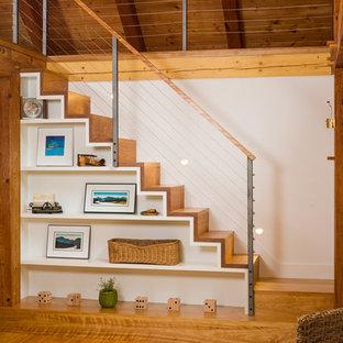 Идея дизайна: большая хозяйская спальня в стиле кантри с белыми стенами и паркетным полом среднего тона