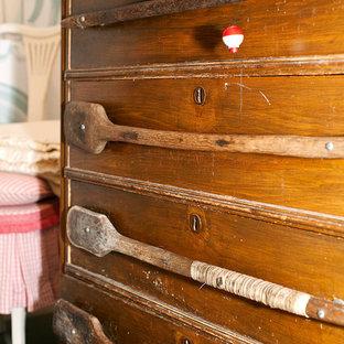 Imagen de habitación de invitados rústica, pequeña, con paredes azules y suelo de madera pintada