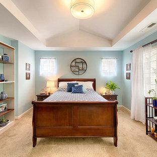 Inspiration pour une grande chambre asiatique avec un mur bleu.