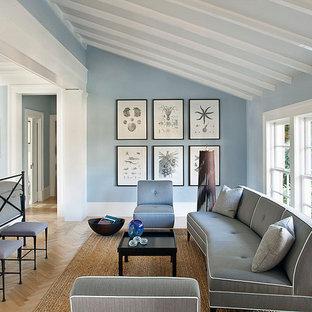 Idées déco pour une chambre exotique avec un mur bleu.