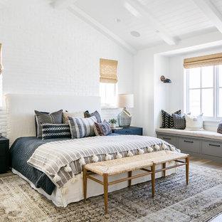 Foto de dormitorio principal, marinero, con paredes blancas, suelo de madera oscura y suelo marrón