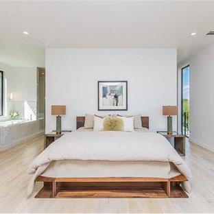 オースティンの広いシャビーシック調のおしゃれな主寝室 (白い壁、淡色無垢フローリング、ベージュの床) のインテリア