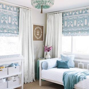 サンフランシスコの地中海スタイルのおしゃれな寝室 (グレーの壁、カーペット敷き)