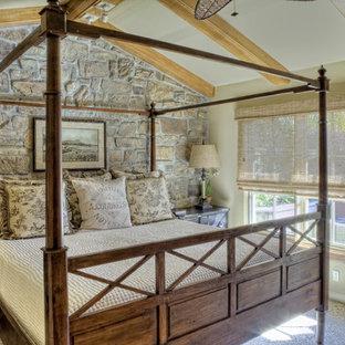 Imagen de dormitorio mediterráneo con paredes beige