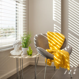 Imagen de dormitorio principal, minimalista, pequeño, sin chimenea, con paredes grises y suelo de baldosas de cerámica