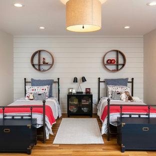 Diseño de dormitorio moderno, pequeño, con paredes grises, suelo de corcho y suelo marrón