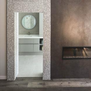 他の地域のトランジショナルスタイルのおしゃれな主寝室 (白い壁、クッションフロア、標準型暖炉、石材の暖炉まわり、表し梁、板張り壁)