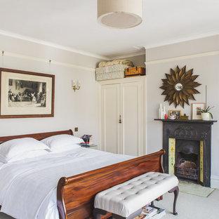 Foto på ett vintage sovrum, med blå väggar, en standard öppen spis och en spiselkrans i trä