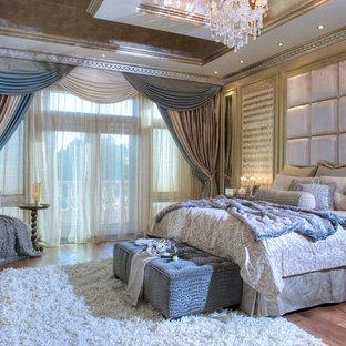 Idée de décoration pour une grande chambre parentale victorienne avec un mur multicolore, un sol en bois brun, aucune cheminée et un sol marron.