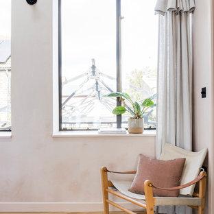 Diseño de dormitorio principal, industrial, con paredes rosas y suelo de madera clara