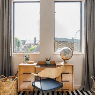 Imagen de dormitorio urbano con paredes rosas y suelo de madera clara