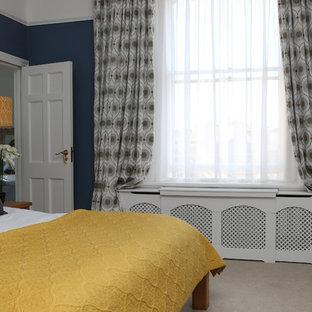 Foto de dormitorio principal, tradicional renovado, grande, sin chimenea, con paredes azules y moqueta