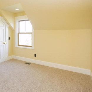 Foto de habitación de invitados tradicional, de tamaño medio, con paredes amarillas y moqueta