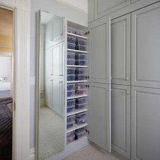 Ejemplo de dormitorio principal, clásico, de tamaño medio, con paredes amarillas, suelo de mármol y suelo verde