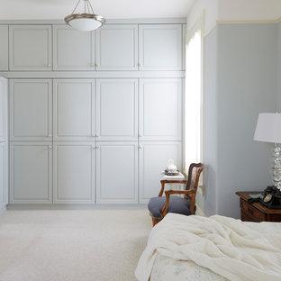 Идея дизайна: большая хозяйская спальня в викторианском стиле с синими стенами, ковровым покрытием и бежевым полом
