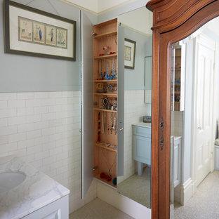 Cette photo montre une chambre parentale victorienne de taille moyenne avec un mur jaune, un sol en marbre et un sol vert.
