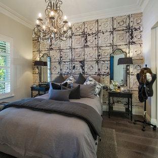 На фото: маленькая хозяйская спальня в викторианском стиле с белыми стенами и паркетным полом среднего тона без камина