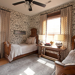 Удачное сочетание для дизайна помещения: спальня в викторианском стиле с разноцветными стенами и паркетным полом среднего тона без камина для гостей - самое интересное для вас