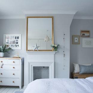 Ispirazione per una camera matrimoniale design di medie dimensioni con pareti grigie, pavimento in legno verniciato e pavimento bianco