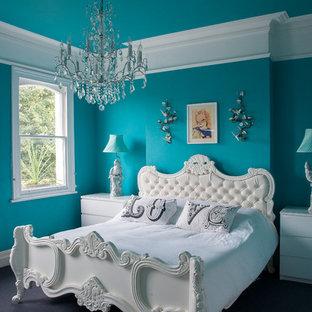 Idee per una camera matrimoniale boho chic con pareti blu e moquette