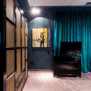Ejemplo de dormitorio principal, ecléctico, grande, con paredes azules, moqueta y suelo violeta