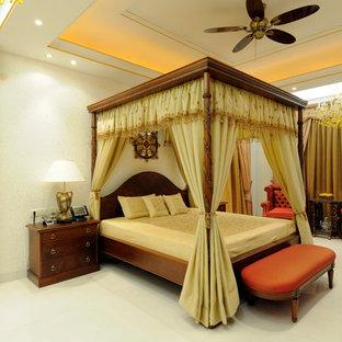 Неиссякаемый источник вдохновения для домашнего уюта: хозяйская спальня в классическом стиле с белым полом