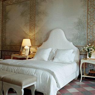 ニューヨークの大きい地中海スタイルのおしゃれな主寝室 (マルチカラーの壁)