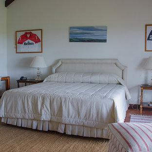 Esempio di un'ampia camera matrimoniale stile rurale con pareti bianche e pavimento in compensato