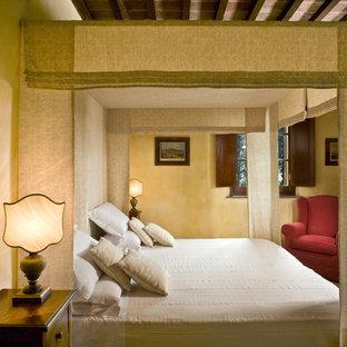 Стильный дизайн: большая хозяйская спальня в классическом стиле с желтыми стенами и кирпичным полом - последний тренд