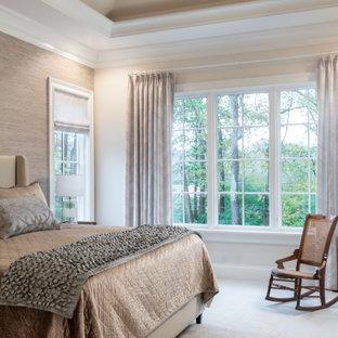 Großes Hauptschlafzimmer mit beiger Wandfarbe, Teppichboden, beigem Boden, Kassettendecke und Tapetenwänden in St. Louis