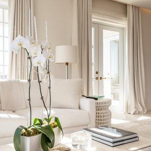 Неиссякаемый источник вдохновения для домашнего уюта: большая хозяйская спальня в морском стиле с белыми стенами, ковровым покрытием, фасадом камина из камня и желтым полом без камина