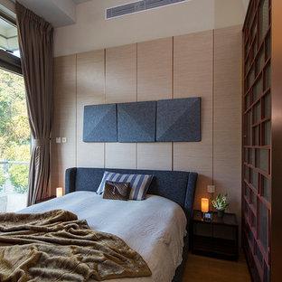 ロンドンのアジアンスタイルのおしゃれな寝室 (茶色い壁、茶色い床) のインテリア