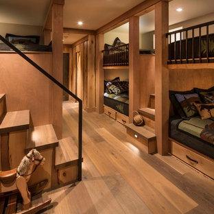 Mittelgroßes Uriges Gästezimmer mit braunem Holzboden, braunem Boden und brauner Wandfarbe in Sonstige