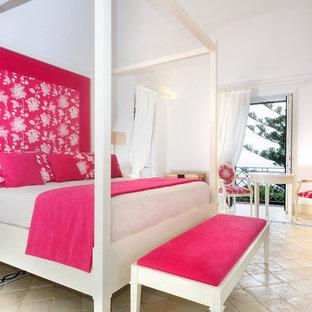 На фото: хозяйская спальня среднего размера в современном стиле с полом из травертина, белыми стенами и разноцветным полом с