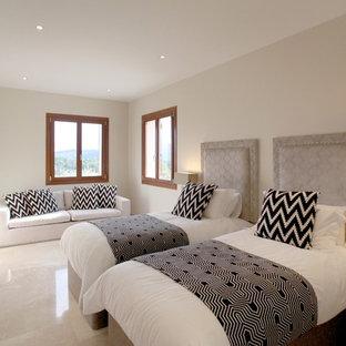 Foto de habitación de invitados mediterránea, de tamaño medio, con paredes blancas y suelo de mármol