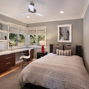 オレンジカウンティのコンテンポラリースタイルのおしゃれな寝室 (グレーの壁)