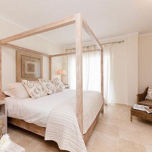 Ejemplo de dormitorio principal, mediterráneo, de tamaño medio, sin chimenea, con paredes beige y suelo de travertino