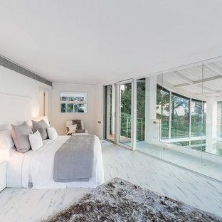 Foto di una grande camera matrimoniale moderna con pareti bianche, pavimento in legno verniciato e nessun camino