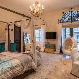 Diseño de dormitorio principal, mediterráneo, grande, sin chimenea, con paredes beige, suelo de travertino y suelo beige