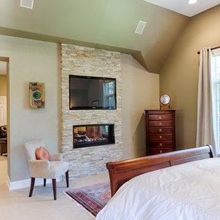 Diseño de dormitorio principal, asiático, grande, con paredes grises, moqueta, chimenea de doble cara y marco de chimenea de piedra
