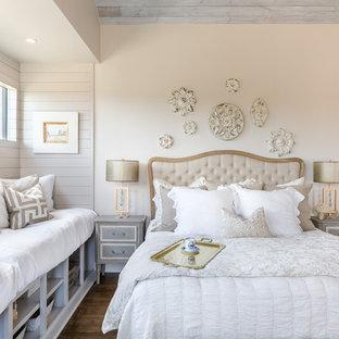 Inspiration för shabby chic-inspirerade huvudsovrum, med beige väggar och mörkt trägolv