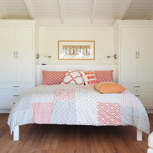 Modelo de habitación de invitados de estilo de casa de campo, pequeña, con paredes blancas y suelo de madera en tonos medios