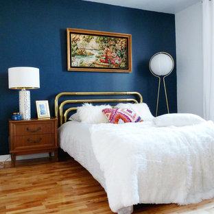 モントリオールの中サイズのミッドセンチュリースタイルのおしゃれな主寝室 (青い壁、淡色無垢フローリング、暖炉なし、茶色い床) のレイアウト