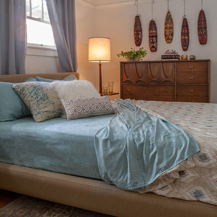 Vintage Bungalow:  Mid-century modern bedroom by Kimball Starr Interior Design