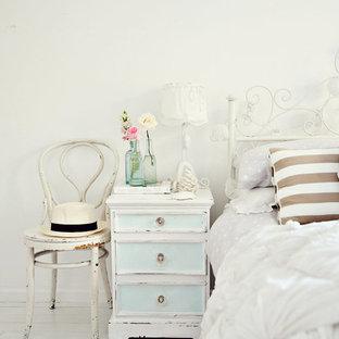 Идея дизайна: спальня в стиле шебби-шик с белыми стенами, светлым паркетным полом и белым полом