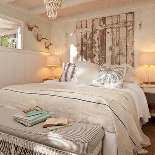 Ejemplo de dormitorio romántico con paredes beige