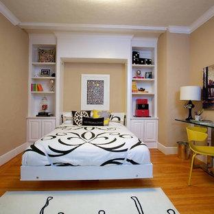 Выдающиеся фото от архитекторов и дизайнеров интерьера: спальня в стиле фьюжн с бежевыми стенами и паркетным полом среднего тона без камина