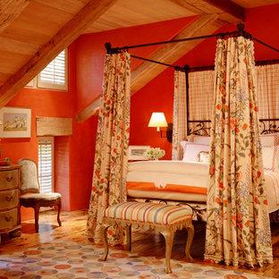 Bild på ett mycket stort funkis sovrum, med orange väggar, mellanmörkt trägolv och orange golv