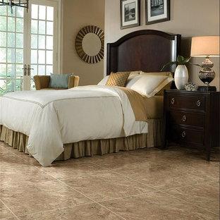 Diseño de habitación de invitados tradicional, de tamaño medio, sin chimenea, con paredes marrones, suelo vinílico y suelo marrón