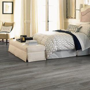 Esempio di una camera degli ospiti classica con pareti beige, pavimento in vinile, nessun camino e pavimento grigio